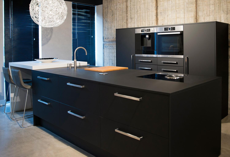 Stapelbedden met opbergruimte - Zwarte houten keuken ...